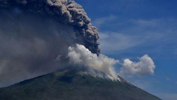 Вулкан у Индонезији - Sputnik Србија