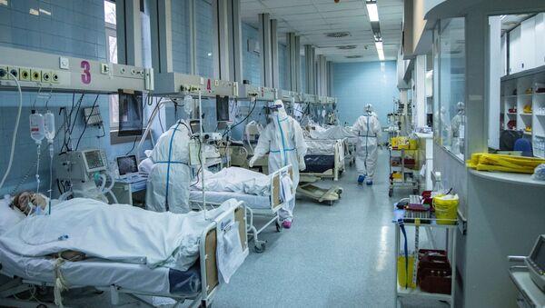 Medicinski radnici leče pacijente koji boluju od virusa korona u Kliničko-bolničkom centru Zemun u Beogradu, Srbija, 26. novembra 2020. - Sputnik Srbija