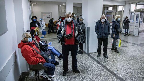 Људи чекају тестирање на вирус корона у Клиничко-болничком центру Земун у Београду, Србија, 26. новембра 2020.  - Sputnik Србија