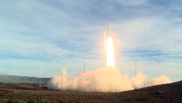 Лансирање америчке балистичке ракете средњег домета са војне базе Ванденбег - Sputnik Србија