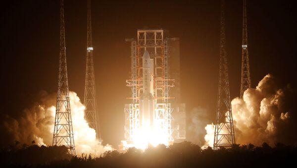 """Ракета Лонг """"Марч 5 И5"""", која носи месечеву сонду """"Чанг'е 5"""", полеће из свемирског лансирног центра у Венчангу у Кини - Sputnik Србија"""