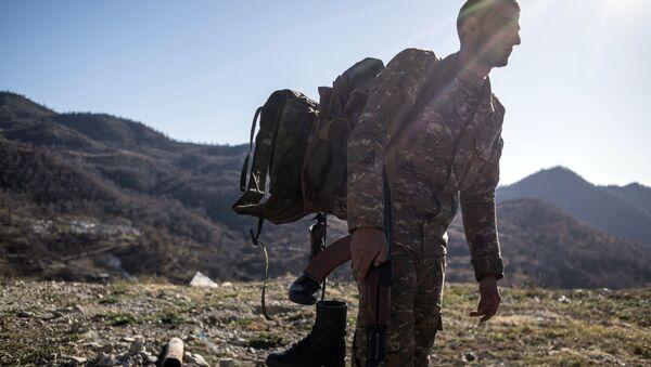 Naoružani muškarac u Kelbadžarskom rejonu Nagorno-Karabaha - Sputnik Srbija