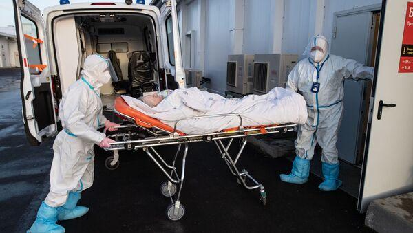 Zdravstveni radnici prevoze pacijenta na odeljenje intenzivne nege u bolnici za obolele od kovida 19 u Moskvi - Sputnik Srbija