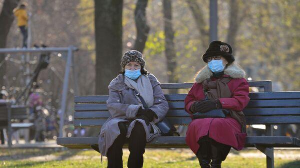 Žene sa maskom u parku - Sputnik Srbija