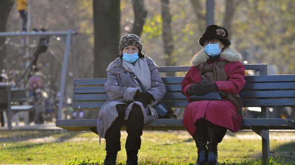 Жене са маском у парку - Sputnik Србија