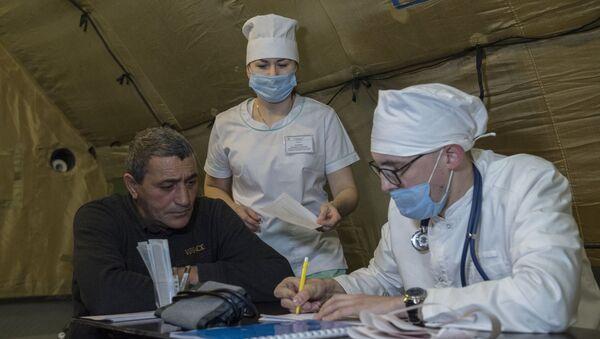 Лекари примају пацијенте у пољској болници у Степанакерту у Нагорно-Карабаху - Sputnik Србија