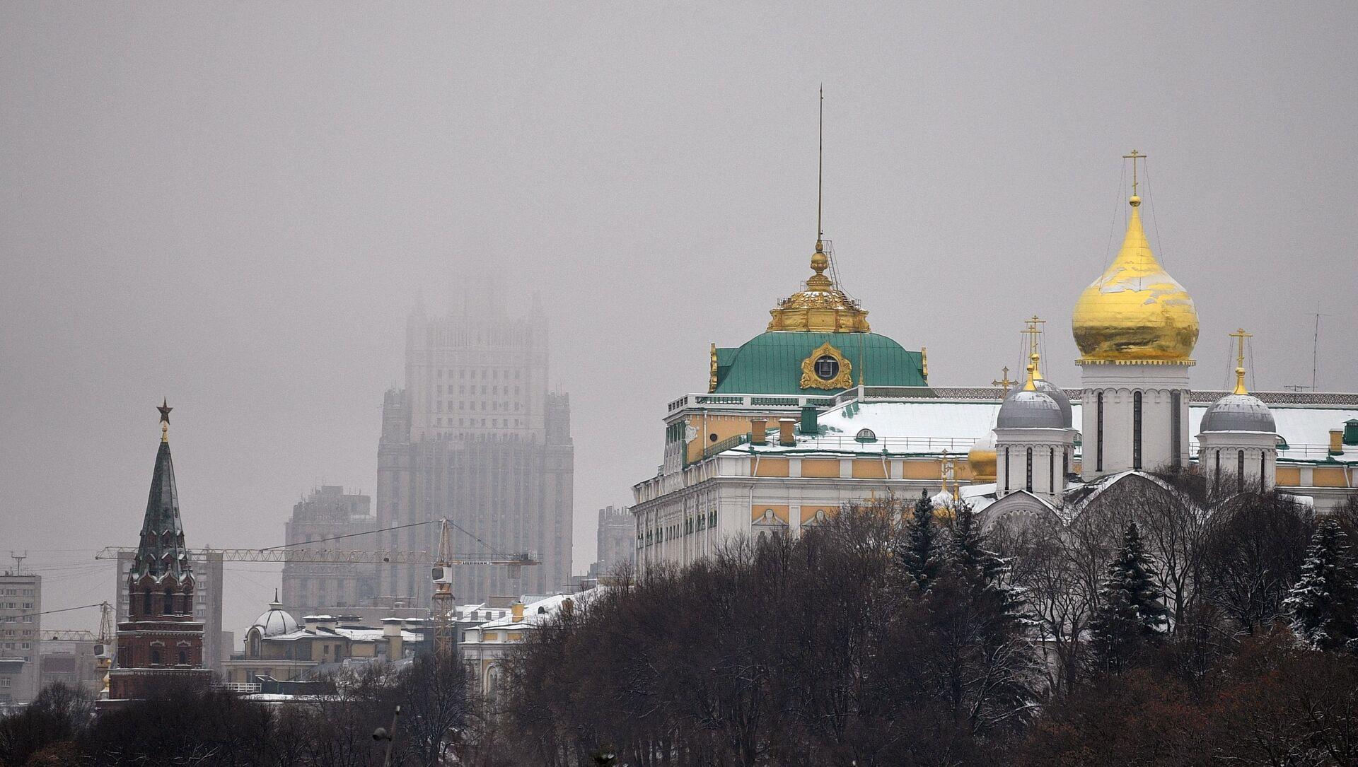 Поглед на Велику кремаљску палату и Сабор Светог архангела Михаила у Кремљу - Sputnik Србија, 1920, 22.03.2021