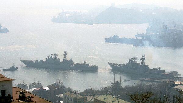 """Бродови руске морнарице """"Адмирал Пантелејев"""" и """"Маршал Шапошников"""", два противподморничка брода Тихоокеанске флоте, напуштају луку Владивосток на руском Далеком истоку, да би кренули ка Индијском океану, 6. април 2003. - Sputnik Србија"""
