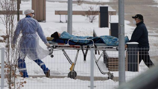 Ekipa hitne pomoći prevozi pacijenta u bolnicu za pacijente sa kovidom u Moskvi - Sputnik Srbija
