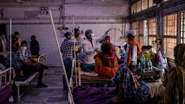 Медицинско особље лечи пацијенте на одељењу за хитне случајеве у Индији - Sputnik Србија