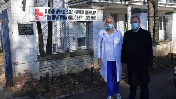 Dragomir Karić uručio je aparat rukovodiocu Bolnice dr Oliveri Ostojić - Sputnik Srbija