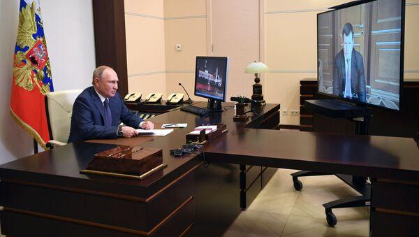 Predsednik Rusije Vladimir Putin sa šefom kompanije Rosnano Sergejem Kulikovim - Sputnik Srbija