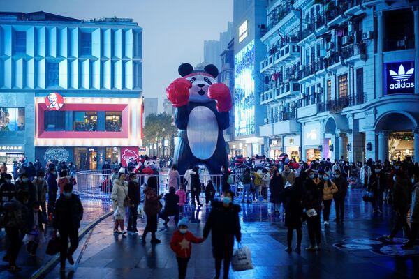 Ljudi sa maskama u glavnoj šoping zoni gotovo godinu dana nakon izbijanja  pandemije u mestu Vuhan, provincija Hubej, Kina, 6. decembra 2020. - Sputnik Srbija