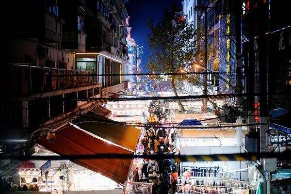 Ljudi posećuju uličnu pijacu gotovo godinu dana nakon izbijanja pandemije u mestu Vuhan, provincija Hubej, Kina, 7. decembra 2020. - Sputnik Srbija