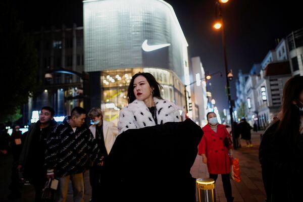 Ljudi se šetaju glavnom šoping zonom skoro godinu dana nakon izbijanja pandemije u mestu Vuhan, provincija Hubej, Kina, 7. decembra 2020. - Sputnik Srbija