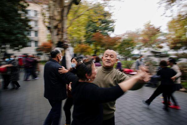 Plesanje u parku skoro godinu dana nakon izbijanja pandemije u mestu Vuhan, provincija Hubej, Kina, 7. decembra 2020. - Sputnik Srbija