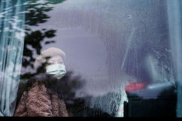 Žena nosi masku za lice u autobusu godinu dana nakon izbijanja pandemije u mestu Vuhan, provincija Hubej, Kina, 7. decembra 2020. - Sputnik Srbija