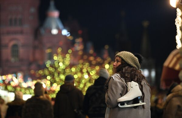 Devojka nosi klizaljke ispred klizališta na Crvenom trgu. - Sputnik Srbija
