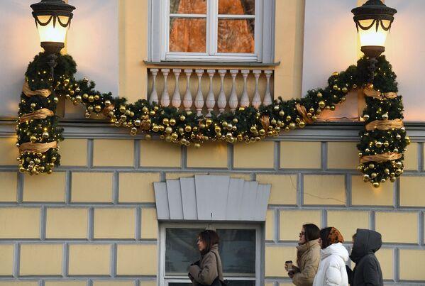Novogodišnji ukrasi na fasadi zgrade na Tverskom bulevaru u Moskvi. - Sputnik Srbija