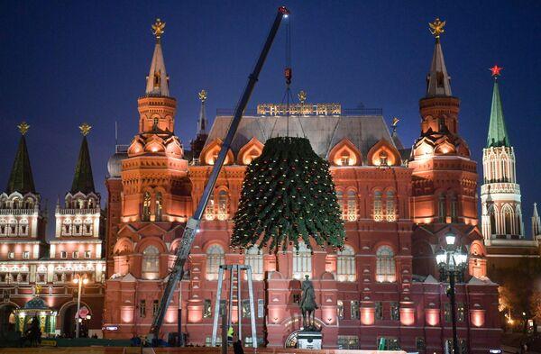 Montiranje novogodišnje jelke na trgu Manjež u Moskvi.  - Sputnik Srbija
