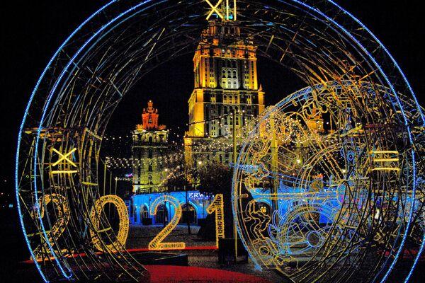 Novogodišnje osvetljenje u obliku obrisa velike kugle na keju Tarasa Ševčenka u Moskvi. - Sputnik Srbija