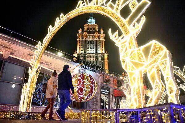 Novogodišnje osvetljenje u obliku irvasa na keju Tarasa Ševčenka u Moskvi.   - Sputnik Srbija