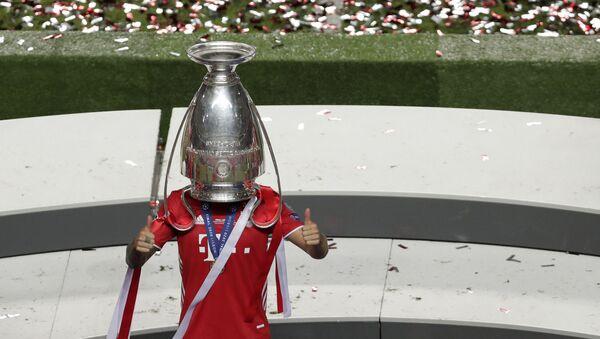 Fudbaler Bajerna sa trofejom Lige šampiona - Sputnik Srbija