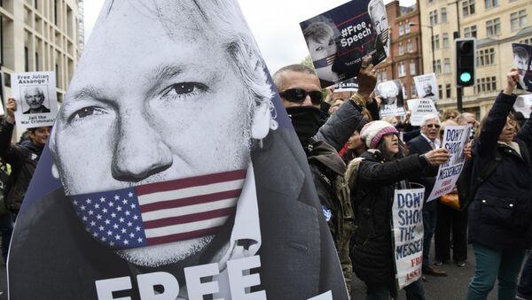 Pristalice osnivača Vikiliksa Džulijana Asanža protestuju protiv saslušanja o izručenju, u Londonu, Velika Britanija - Sputnik Srbija