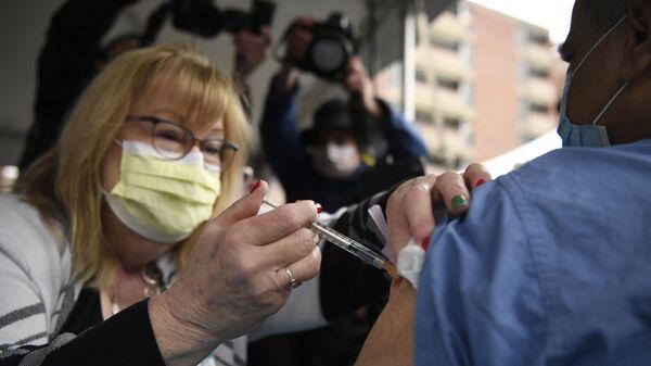Здравствени радници у САД примају вакцину компанија Фајзер Бајонтек - Sputnik Србија