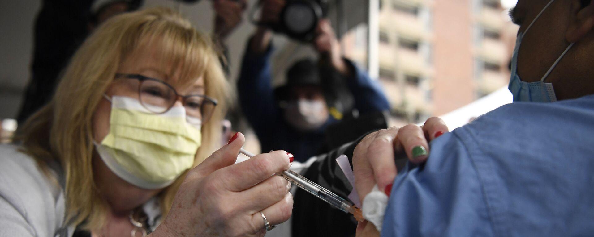 Здравствени радници у САД примају вакцину компанија Фајзер Бајонтек - Sputnik Србија, 1920, 26.09.2021