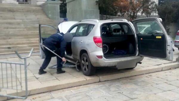 Incident ispred Skupštine Srbije, automobilom probio zaštitnu ogradu - Sputnik Srbija
