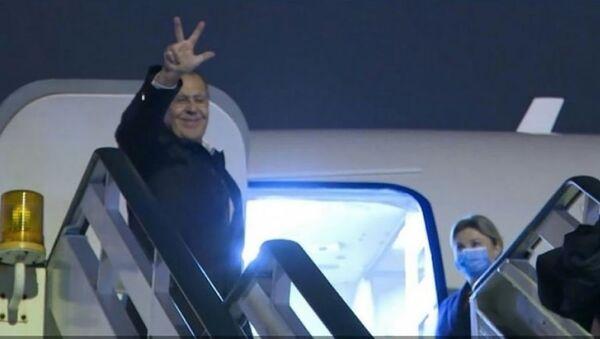 Sergej Lavrov sa podignuta tri prsta na aerodromu NikolaTesla - Sputnik Srbija