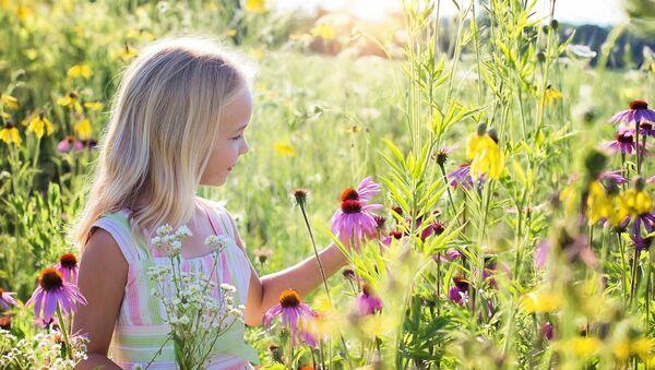 Devojčica u polju cveća - Sputnik Srbija