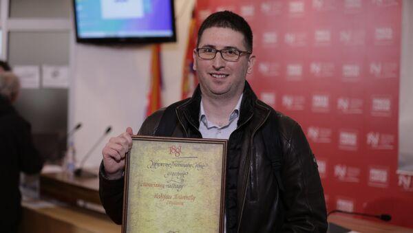 Novinar Sputnjika Nebojša Popović prima nagradu UNS-a - Sputnik Srbija