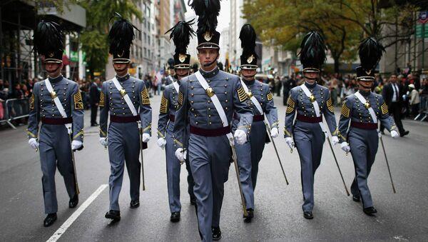 Kadeti Vojne akademije Sjedinjenih Država u Vest Pointu u Njujorku marširaju tokom parade povodom Dana veterana 11. novembra 2014. - Sputnik Srbija
