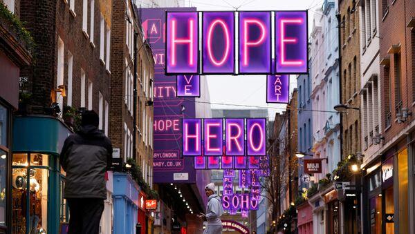 Људи шетају улицом Карнаби у Лондону 22. децембра 2020.  - Sputnik Србија