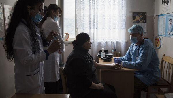 Lekar medicinske brigade mirovne misije Rusije u Nagorno-Karabahu prima pacijente u selu Ajgestan - Sputnik Srbija