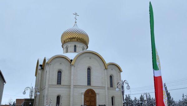 Verski kompleks koji čine džamija i pravoslavna crkva u Čečeniji sa potrebe Ruske garde.  - Sputnik Srbija