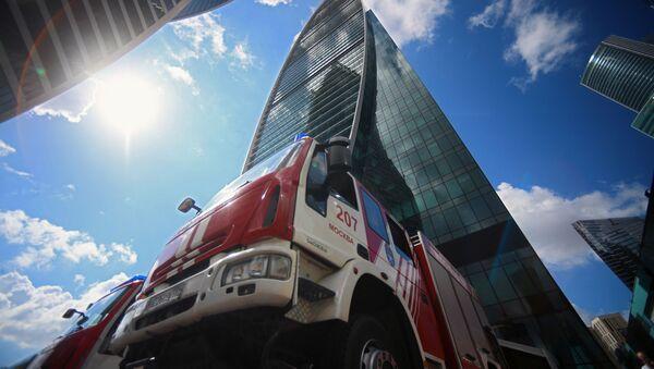 Vatrogasno vozilo ispred poslovnog centra Imperija u Moskvi, gde se održavaju požarno-taktičke vežbe pripadnika Ministarstva za vanredne situacije Rusije  - Sputnik Srbija