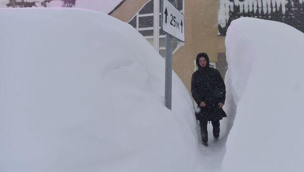 Snežni nanos u ulici u Noriljsku - Sputnik Srbija