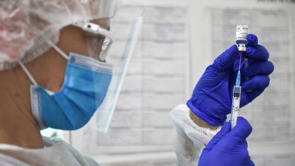 Медицинска сестра припрема вакцину против ковида - Sputnik Србија