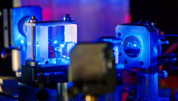Plavi laser u optičkoj laboratoriji - Sputnik Srbija