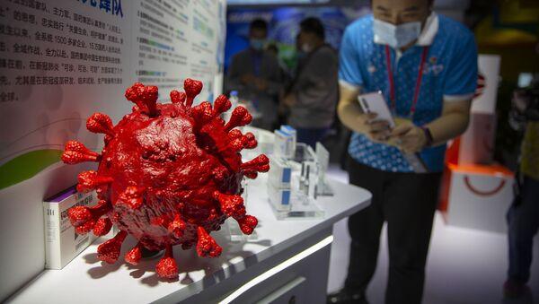 Maketa virusa korona na izložbi kineske farmaceutske kompanije - Sputnik Srbija