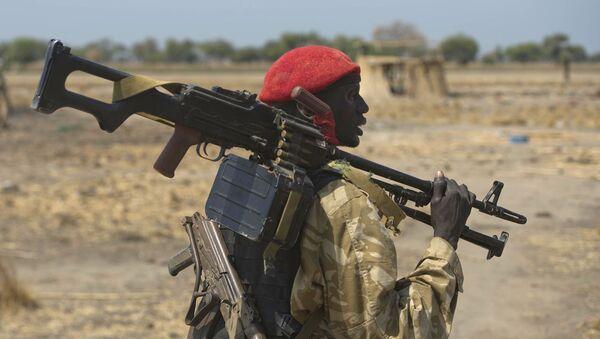 Pripadnik južnosudanske vlade u blizini sela Bor u Sudanu - Sputnik Srbija
