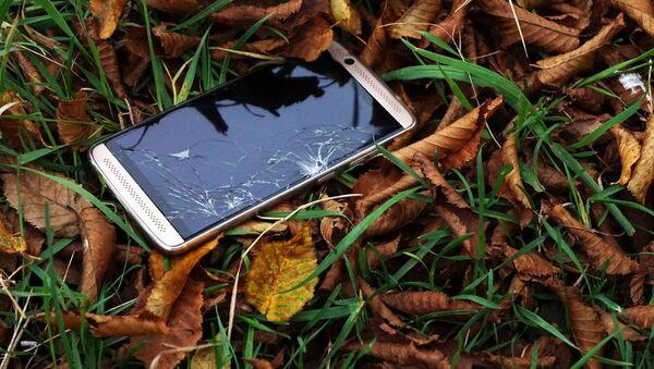 Polomljen mobilni telefon - Sputnik Srbija