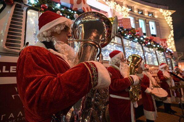 Novogodišnji Dedmorobus sa muzičarima u kostimima Deda Mraza u Sankt Peterburgu - Sputnik Srbija