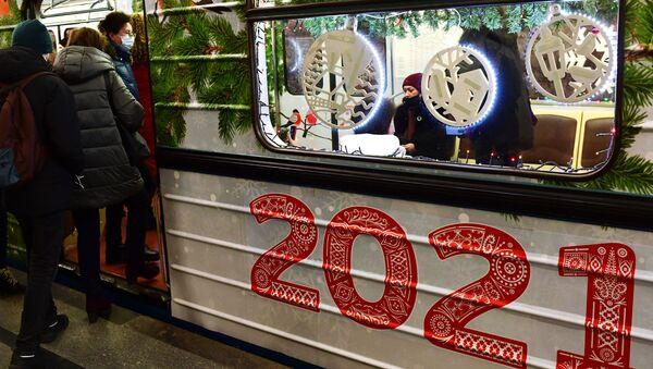 Путници улазе у новогодишњи воз у руској престоници - Sputnik Србија
