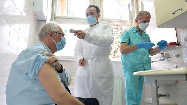 Epidemiolog Predrag Kon prima vakcinu protiv virusa korona - Sputnik Srbija