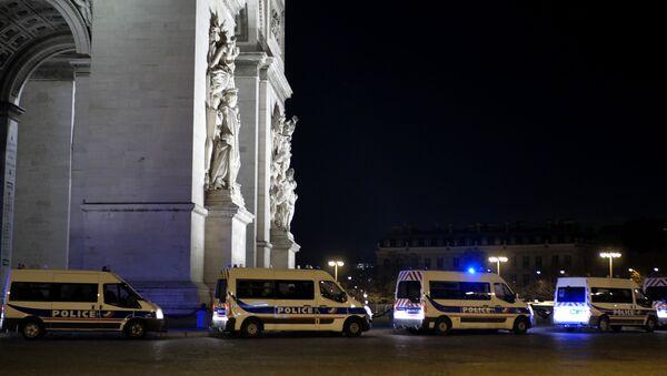 Тријумфална капија у Паризу у новогодишњој ноћи окружена полицијским возилима - Sputnik Србија