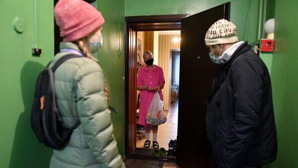 Волонтери достављају храну пензионерима - Sputnik Србија